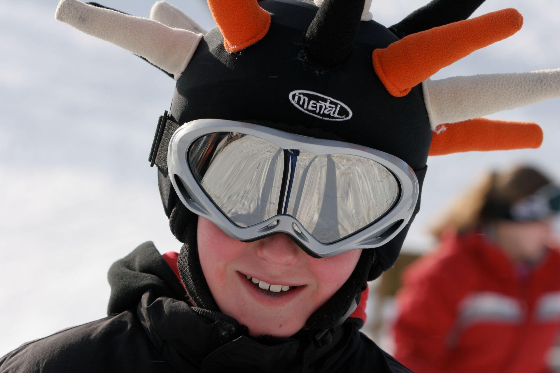 Od ilu lat można jeździć na nartach bez kasku?