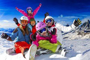 Warto wiedzieć – gdzie jazda w kasku narciarskim jest obowiązkowa